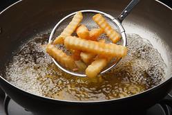 【試してみた】冷凍ポテトや唐揚げで「油がはねない」揚げ方!