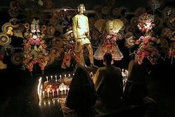 神田でアート展 リトゥンアフターワーズが服の神を発表