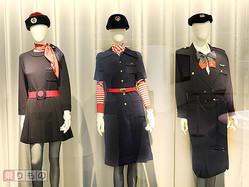 左から順番に5代目、6代目、7代目の日本航空制服(2015年8月、下山光晴撮影)。