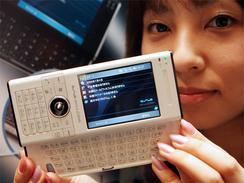 4日に発表されたスライド式キーボード付きPHS端末「W-ZERO3[es]」(撮影:吉川忠行)
