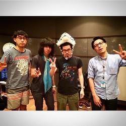 バンドTシャツを着るハマ・オカモト:右から2人目(出典:https://www.instagram.com/hama_okamoto)