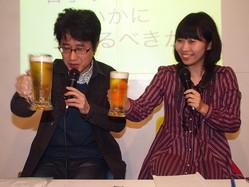 ビール片手にぶっちゃけトーク! 米光一成(左)と青柳美帆子(右)の濃密な赤裸々トークが続いた「若手ライターはいかに生きるべきか」