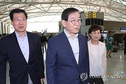 出国する朴市長(中央)=21日、仁川(聯合ニュース)