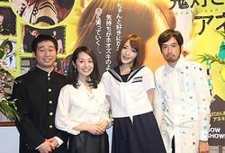初日舞台あいさつに登壇した(左から)前野朋哉、谷桃子、佐藤かよ、今泉力哉