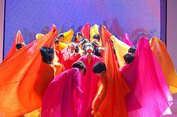 プリーツプリーズ イッセイミヤケ、色と自由があふれるダンスパフォーマンス開催