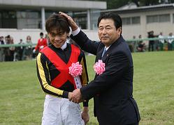 悲願のGI初制覇を達成した上村洋行騎手と、63歳の誕生日を迎えた橋口調教師