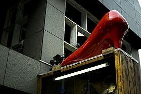 [画像] 「満員電車はハイヒール禁止にして」 千原ジュニア「踏まれ骨折」でネット沸騰