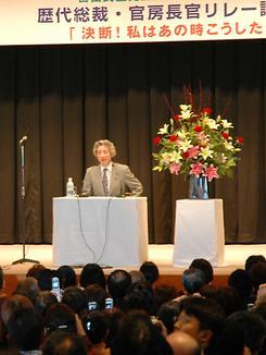 憲法改正、靖国参拝について語る小泉首相(撮影:小木曽浩介)
