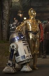 C-3POの左腕は何で赤い? 『スター・ウォーズ/フォースの覚醒』の二人の姿!  - (C) 2015 Lucasfilm Ltd. & TM. All Rights Reserved