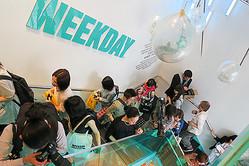 「WEEKDAY(ウィークデイ)」アジア1号店オープンに列