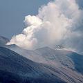 噴火開始から3時間後、噴煙は水蒸気の多い白色に変化した。新岳から南西の斜面は猛速度の火砕流で焦熱地獄と化したが、手前に残った森林にも高温のマグマ噴石が飛来したらしく煙を上げていた