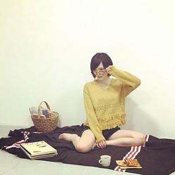 NMB48・山本彩のナマ足全開ショットに男性ファン大興奮!「メガネ女子最高」「セクシーすぎる」