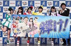 「爽」の新CM発表会に出席した「ももクロ」と南海キャンディーズの山里亮太さん