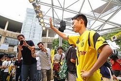 ドルトムントのイベントに香川モノマネ芸人が登場…独メディア「カガワのドッペルゲンガーが現れた」