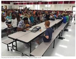 自閉症の少年とランチを食べるルドルフ選手(出典:https://www.washingtonpost.com)