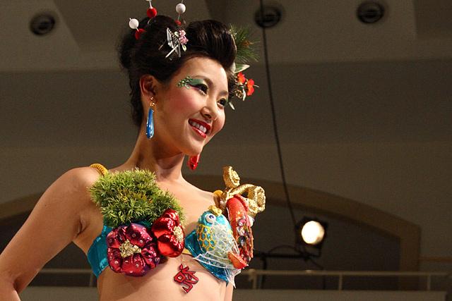 女性下着コンテスト「トリンプ・インスピレーション・アワード」日本大会より。大漁旗の鮮やかな色使いにヒントを得て、デザイン・製作された作品。(会場:東京「文化服装学院」、撮影:野原誠治)