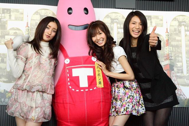 左から、AKB48の梅田彩佳、東京タワーキャラクターのノッポン弟、折井あゆみ、秋元才加