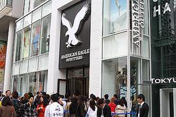 日本上陸「アメリカン イーグル アウトフィッターズ」 1号店に300人が列