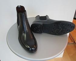 マッキントッシュフィロソフィー 革靴を再現した雨用メンズブーツが好調