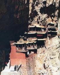 米誌「タイム」が世界で10の危険な建物を発表した。その中には中国と日本の建物も含まれている。中国網日本語版(チャイナネット)が伝えた。写真は4位にランクインした中国の懸空寺。