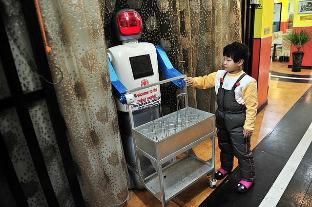 飲み物を運ぶ専門のロボット