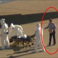 エボラ患者を搬送中、防護服を着ていない人物が出現