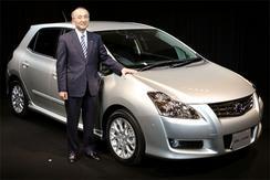 21日、都内で新型車「ブレイド」を発表するトヨタの渡辺社長(撮影:吉川忠行)