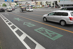 05年、岡山県警は全国に先駆けてウインカーを出すタイミングを示す「★合図」の路面標示を導入するも、なかなか成果は出ず……