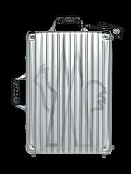 モンクレール仕様のRIMOWAスーツケース発売