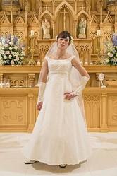 ウエディングドレス姿を披露した岡田将生  - (C) 2014「想いのこし」製作委員会