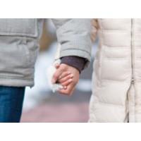 恋人と手をつなぐ? それとも腕を組む?