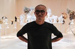 ヘアデザイナー加茂克也の「脳内世界」初の大型展に約250ピース展示