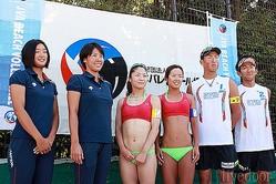 ビーチバレーボール日本代表に選ばれた選手たち。(左から)藤井桜子、草野歩、村上めぐみ、幅口絵里香、村上斉、高橋巧