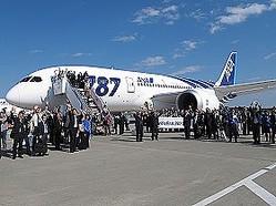 報道陣に手を振る787の乗客。中央で花束を持っているのがANAの伊東信一郎社長