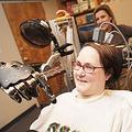 四肢麻痺の女性が脳に移植した電極を使って戦闘機も操るように