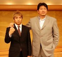 自身のブログで結婚を報告した前田日明氏(右)