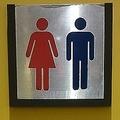 トイレ入り口の張り紙。男性は共用トイレを使うよう促している(影夢さん提供)