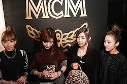 レザーブランド「MCM」日本再上陸、限定ショップに2NE1来店