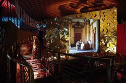 フェンディ、閉館した映画館でエキシビジョン開催