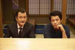 左から久留里卓三役の吉田鋼太郎、荒木役の小栗旬 ©テレビ東京