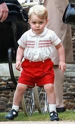 シャーロット王女の洗礼式に赤い半ズボン姿で現れたジョージ王子/写真:SPLASH/アフロ