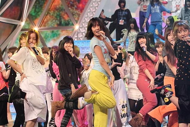 リハーサル初日、調整を図るAKB48の出演メンバー (撮影:野原誠治)