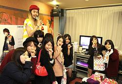 女子高生によるショッピングモール渋谷に出現 カラオケがショップ空間に