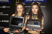 世界初のSideShow搭載ノートパソコン「W5Fe」を手に持つモデル