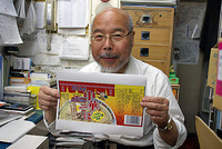 天狗缶詰「中華そば」のラベルを手に持つ、小菅社長