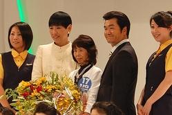 「発毛日本一」に輝いた女性を囲む和田アキ子(左から2番目)と島田紳助