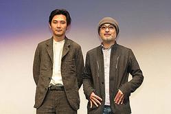 (左から)松田龍平、松尾スズキ監督