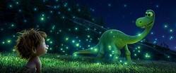 スポット(人間)に蛍を見せてあげるアーロ(恐竜) - 映画『アーロと少年』より  - (c) 2015 Disney/Pixar. All Rights Reserved.