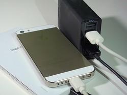 iPhoneやiPadを安全に、キレイに同時充電できる! キレイ好きも納得の充電ステーションがスゴイ