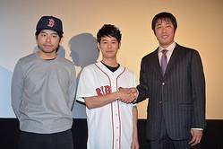 舞台あいさつに登壇した(左から)石井裕也監督、妻夫木聡、上原浩治投手
